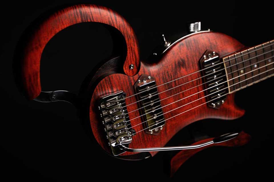 micro-vibrato-guitare-de-voyage-electrique-tourbus-prestige-pickups-vibra-electric-travel-guitar