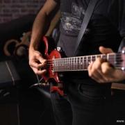 guitare-de-voyage-travel-guitar-jeu-luthier-debout